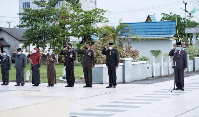 Peringatan Hari Pahlawan 10 November, Bupati Inhil HM.Wardan Tabur Bunga di TMP Yudha Bahkti Tembilahan